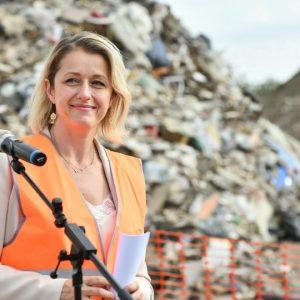 Barbara Pompili le 17/07/2020 dans la plaine de Carrières-sous-Poissyavec Stop Décharges Sauvages
